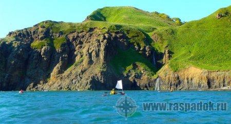 Группа сахалинских туристов планирует обойти остров Кунашир на морских каяках